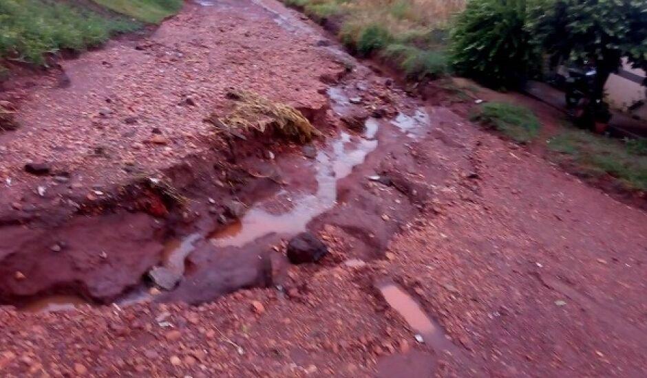 Famílias que moram no local afirmam que residências são invadidas por lama, pedra e esgoto em período de chuvas