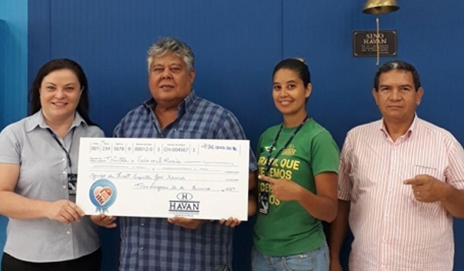 Momento da entrega do cheque simbólico o presidente do Lar, Valdomiro Aguirre