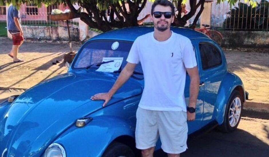 Amante de carros antigos, Silas era proprietário de um bem cuidado fusca azul