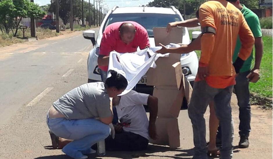 Populares protegeram idoso dos raios solares e do asfalto quente