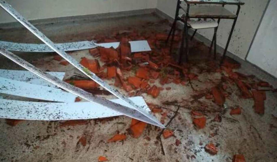 Teto de escola municipal desaba durante chuva em Três Lagoas