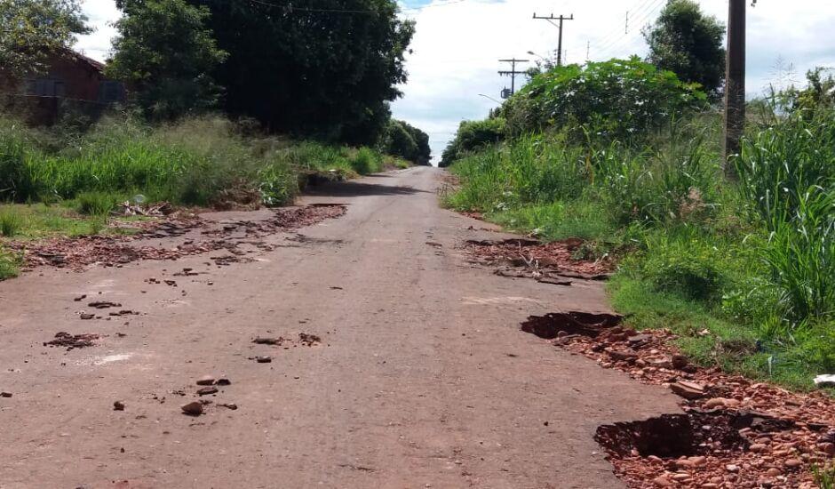 Malha asfáltica desapareceu com as fortes chuvas no município