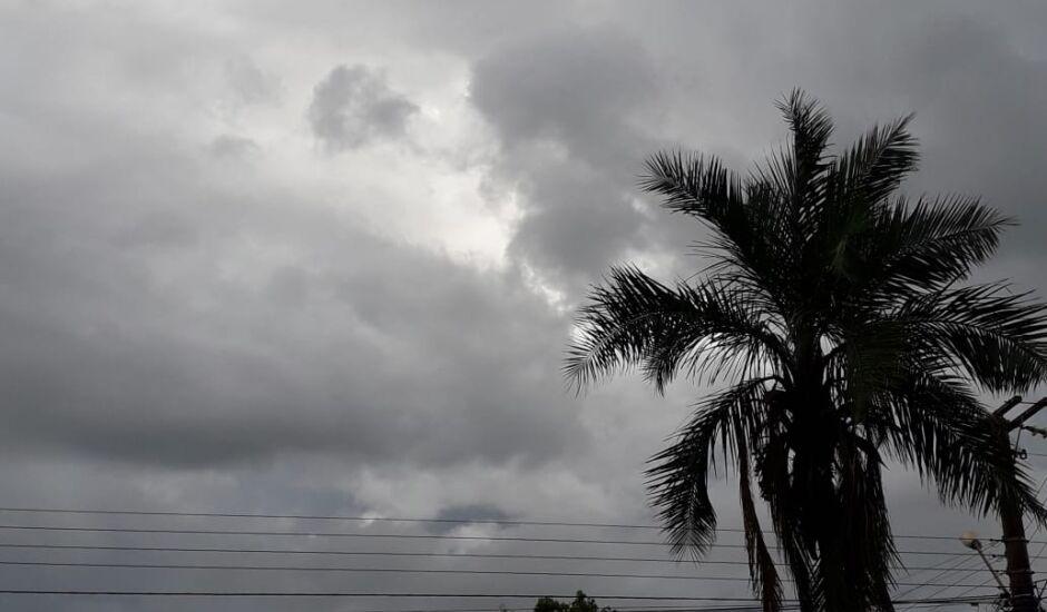 A previsão indica sol e aumento de nuvens e pancadas de chuva à tarde e à noite