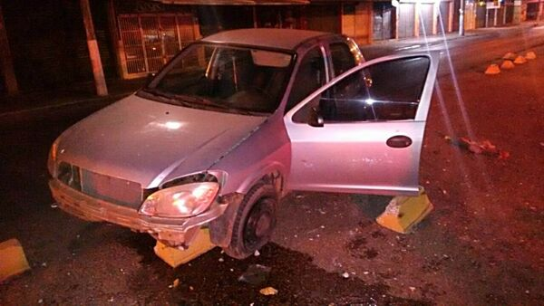 O carro parou em cima dos sinalizadores de concreto