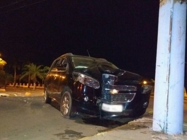 O veículo ficou com a frente destruída