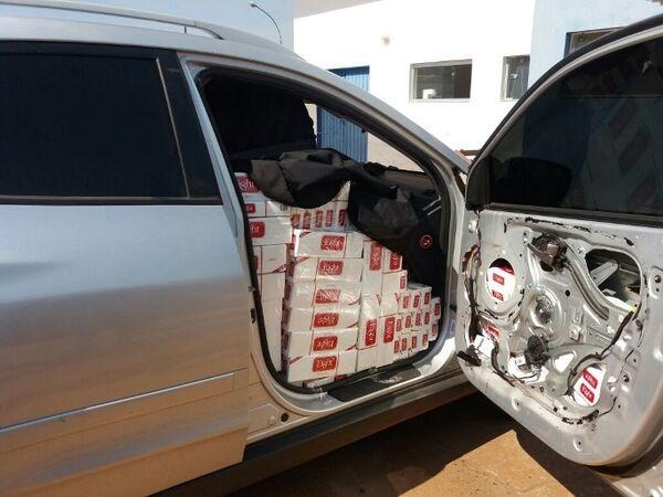 Cigarros estavam espalhados em todo o carro, inclusive, em compartimentos escondidos