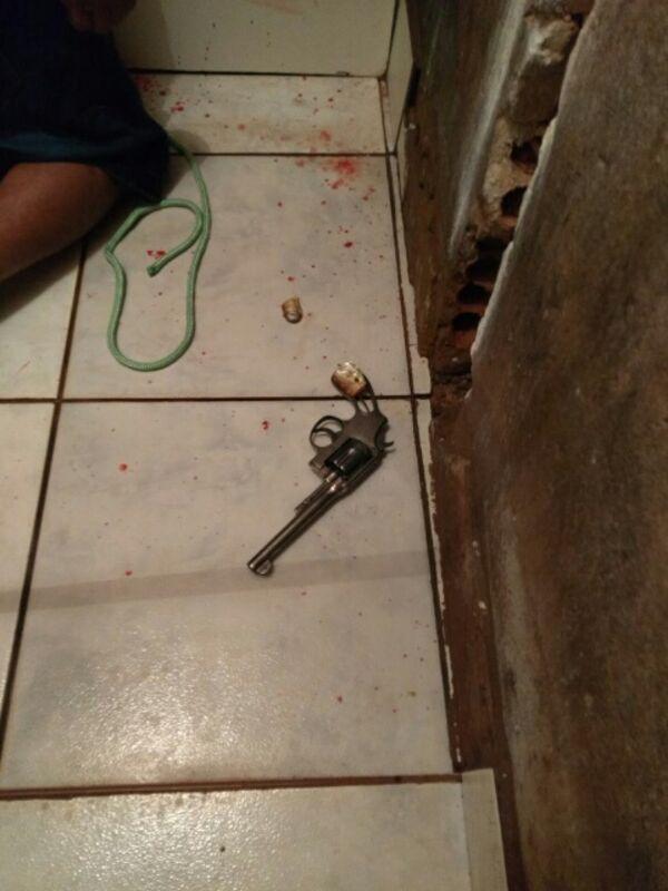 A arma estava no chão ao lado do corpo