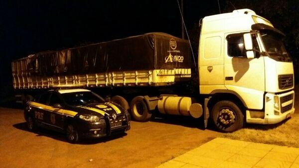O caminhão e o motorista foram levados até a sede da Polícia Federal