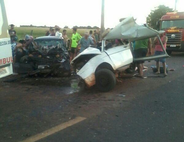 Os veículos ficaram completamente destruídos