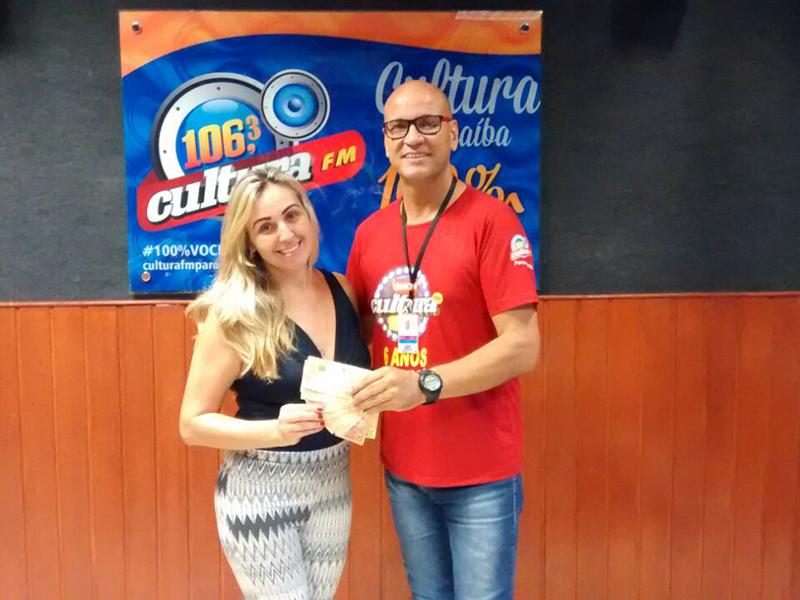 Cultura FM Paranaíba entrega dois salários mínimos a sorteados em promoção